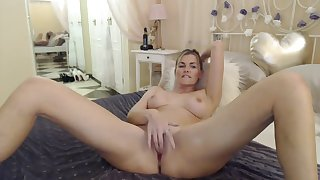 INCREDIBLE MILF FINGERS FER SEXY PUSSY. Ergo HOT